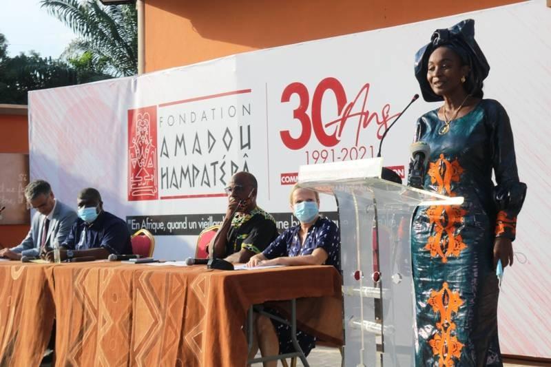 Roukiatou Hampâté Bâ, présidente de la Fondation, a remercié le public et les différents soutiens de l'organisation de cet hommage. (DR)