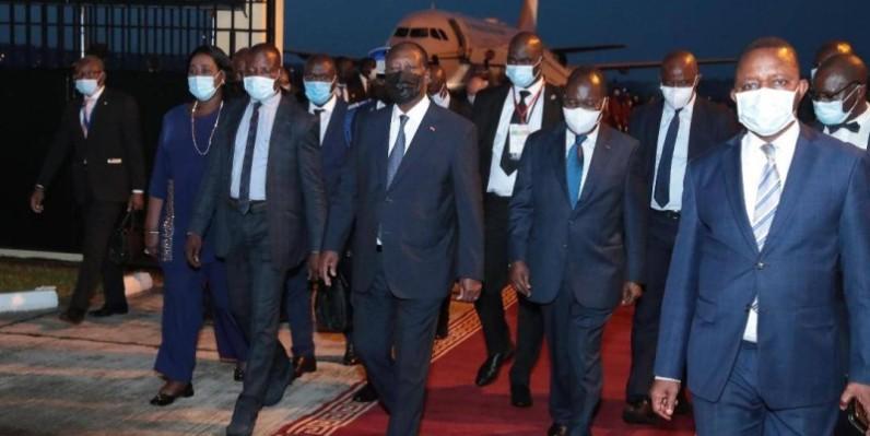 Après l'accueil, Alassane Ouattara, en compagnie des autorités congolaises, s'est dirigé vers le salon VIP de l'aéroport. (Photo: Présidence )