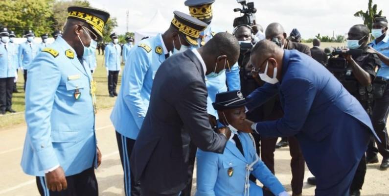 Le ministre de l'Intérieur et de la Sécurité, le général Vagondo Diomandé (à gauche) remettant les épaulettes de la major de la promotion. (Julien Monsan)