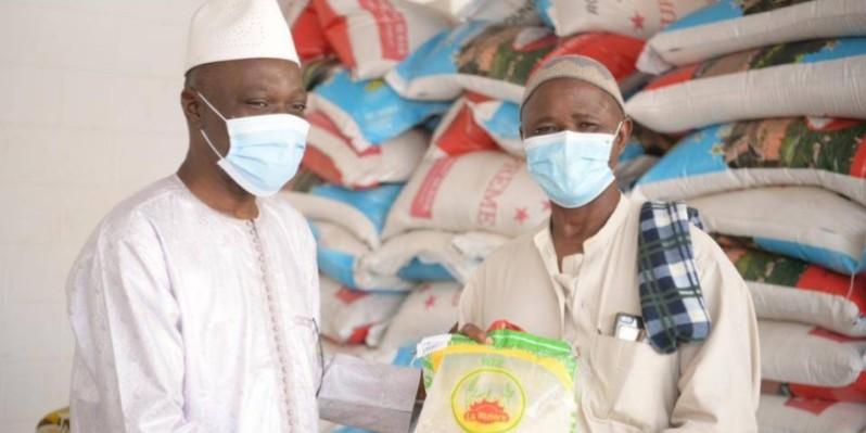 Le ministre Amadou Koné remettant symboliquement un sac de riz à l'imam Idriss Konaté  Ph Dr