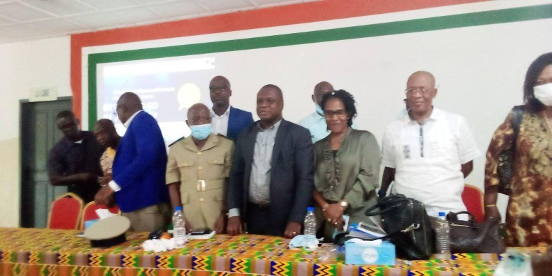 """Pour Mesmin Comoé (au milieu en costume noir), """"les infirmiers et sages-femmes pourront délivrer les bons Mugefci"""". (Photo : DR)"""