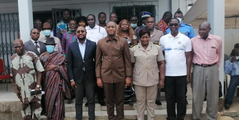 Le ministre Sidi Tiémoko Touré (au centre) a offert un outil précieux de promotion de paix à Béoumi. (DR)