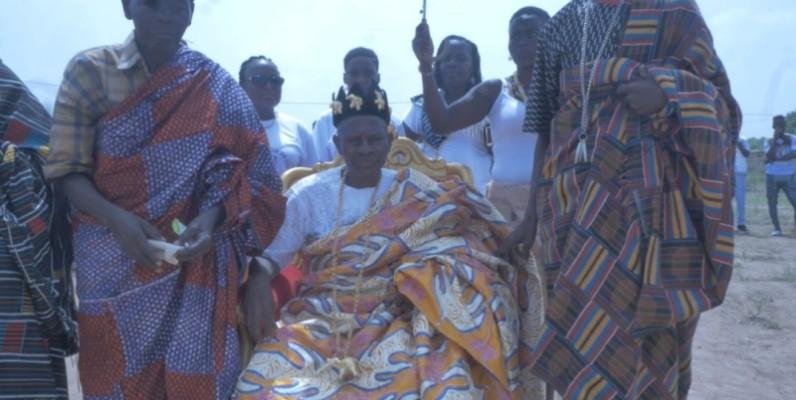 Nanan Konan Kouamé (assis) est le nouveau chef du village de M'Brakro. (Photo : DR)