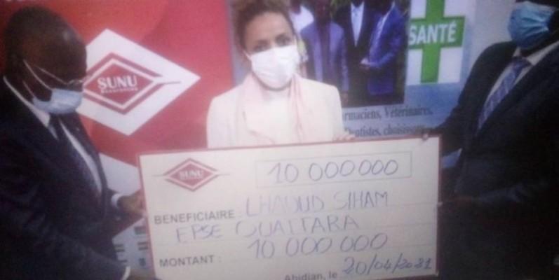 Mme Ouattara heureuse de recevoir le chèque de 10 millions de Fcfa (DR)