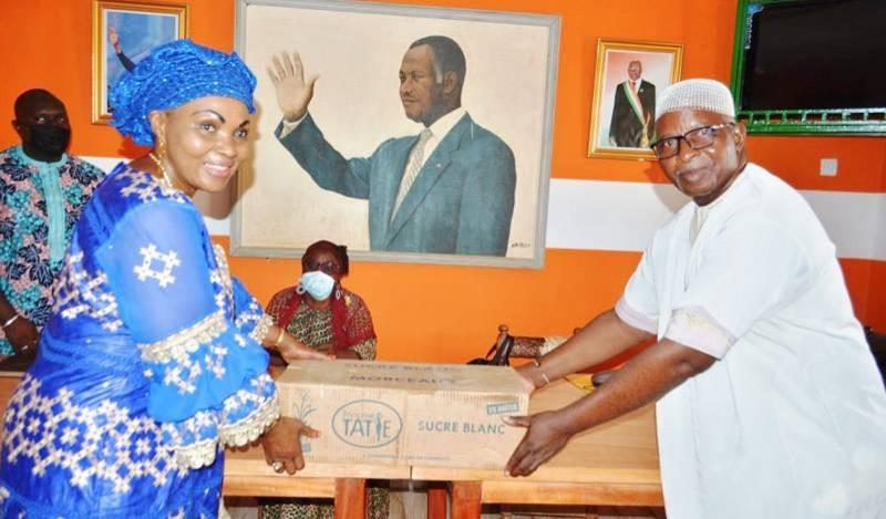 La députée de Korhogo, Tiégbana Madiara Coulibaly, remettant symboliquement du sucre à un des bénéficiaires. (Photo : DR)