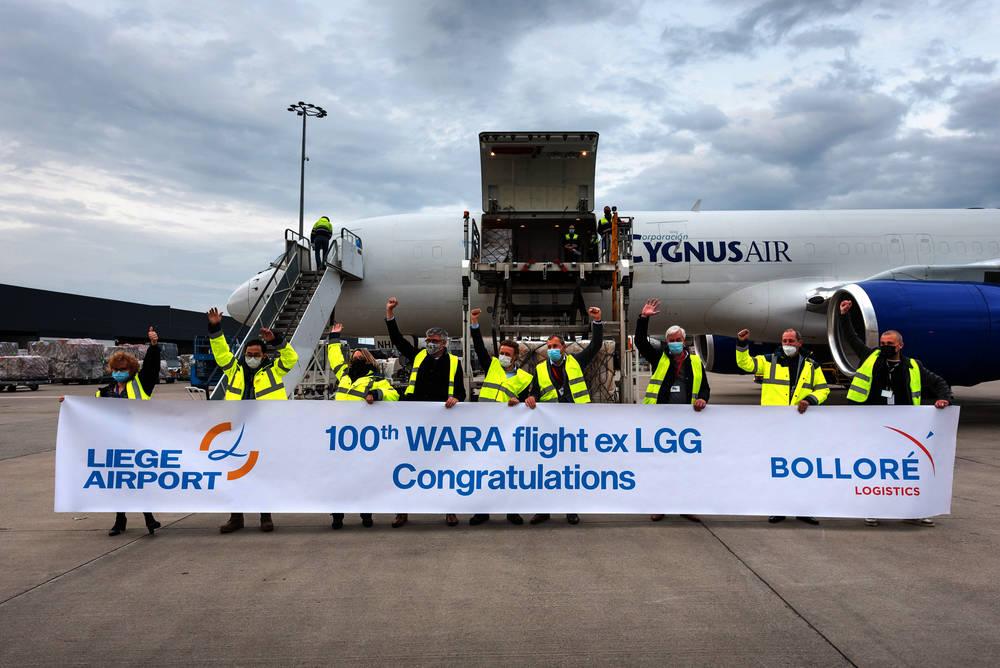 L'équipe de Wara air service, célébrant le 100ème vol. (Dr)