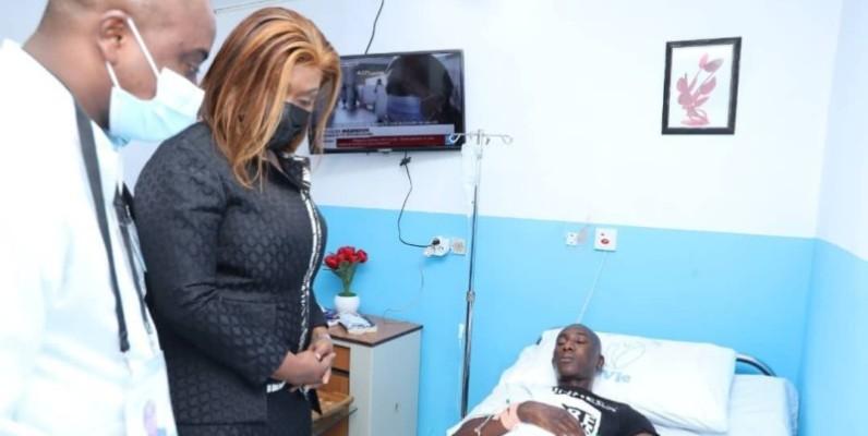 Myss Belmonde apporte le soutien du gouvernement aux blessés. (DR)