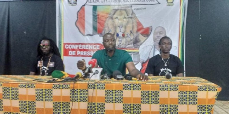 Le king Fadiga Nabi Adjouba (au centre), lors de la conférence de presse. (DR)