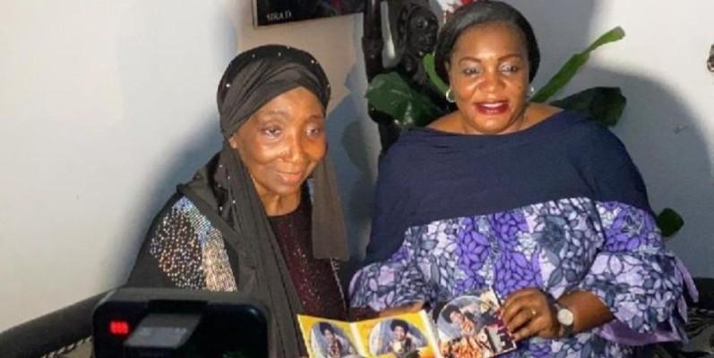 Échange de présents entre la ministre de la Culture, Harlette Badou Kouamé N'Guessan, et la Diva de la musique ivoirienne, Aïcha Koné. (DR)
