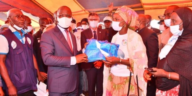 Le ministre Pierre Dimba N'gou et sa délégation ont procédé à la distribution des moustiquaires imprégnées aux populations. (DR)