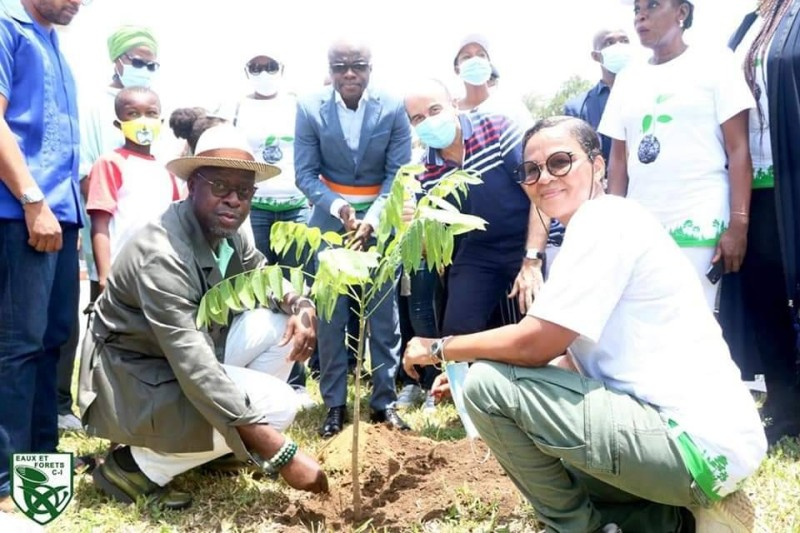 Le ministre des Eaux et Forêts, Alain-Richard Donwahi, procédant au planting d'un arbre en compagnie de la responsable de Seedballs CI, Sara Traboulsi. (DR)