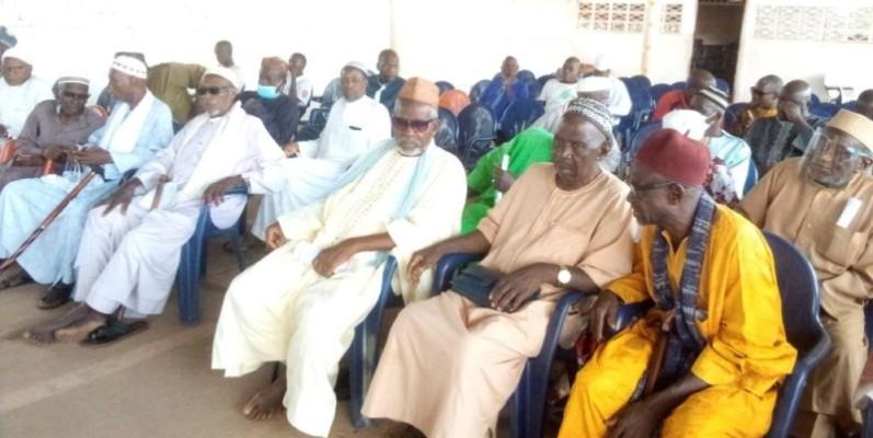 Une cinquantaine d'imams, venus des différentes mosquées de la ville, ont prié pour le repos de l'âme du défunt Premier ministre. (Photos: DR)