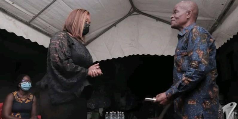 La ministre de la Solidarité et de la Lutte contre la pauvreté, Myss Belmonde Dogo, a apporté le réconfort du gouvernement à une famille (DR)