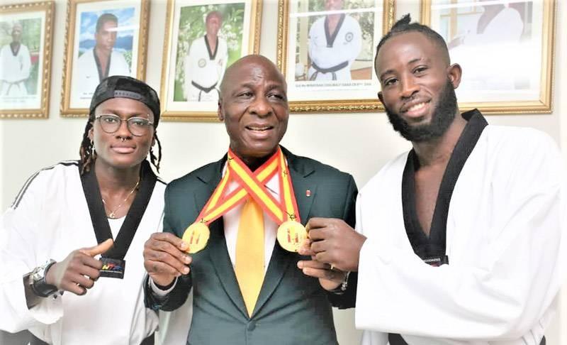 Le président Bamba Cheick, entouré de ses vaillants médaillés olympiques, lundi au nouveau siège de la Fitkd. (Photo : DR)