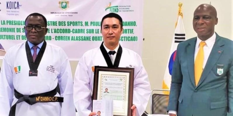 Le ministre Danho Paulin (à gauche), Seo Donsung le directeur pays de la Koica et le président Bamba Cheick de la Fitkd, lors de la signature de l'accord-cadre, en décembre 2020. (DR)