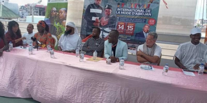 Le promoteur du festival, Stéphane Mambo (3e à partir de la droite), entouré de ses invités, a lancé ledit festival qui se tiendra, du 14 au 15 mai 2021. (Photo : Marie Ange Akpa)