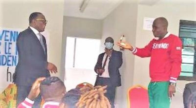 Le ministre Danho Paulin (à gauche) est préoccupé par l'avenir du Taekwondo dans le pays. (DR)