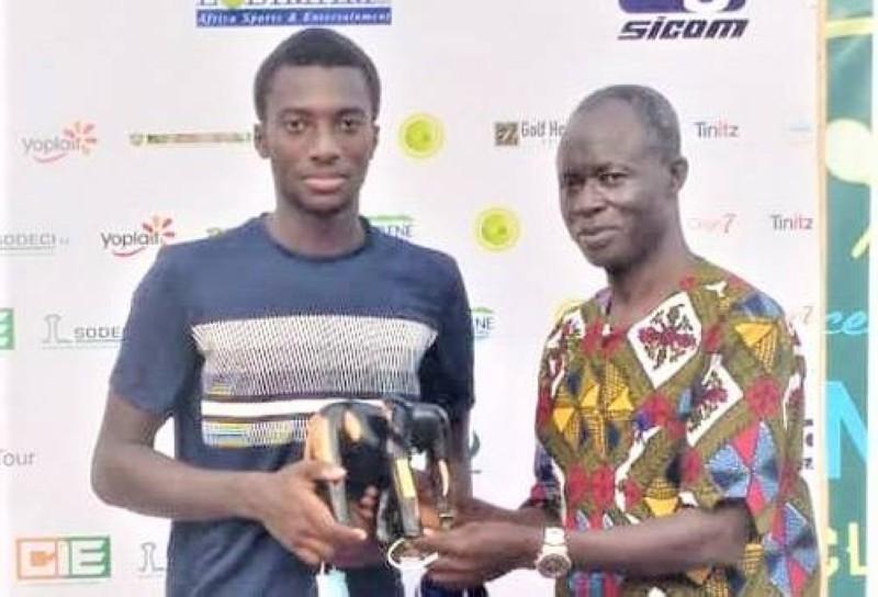 Myko a reçu son trophée des mains du directeur général de la Fit, Souleymane Ouattara. (DR)