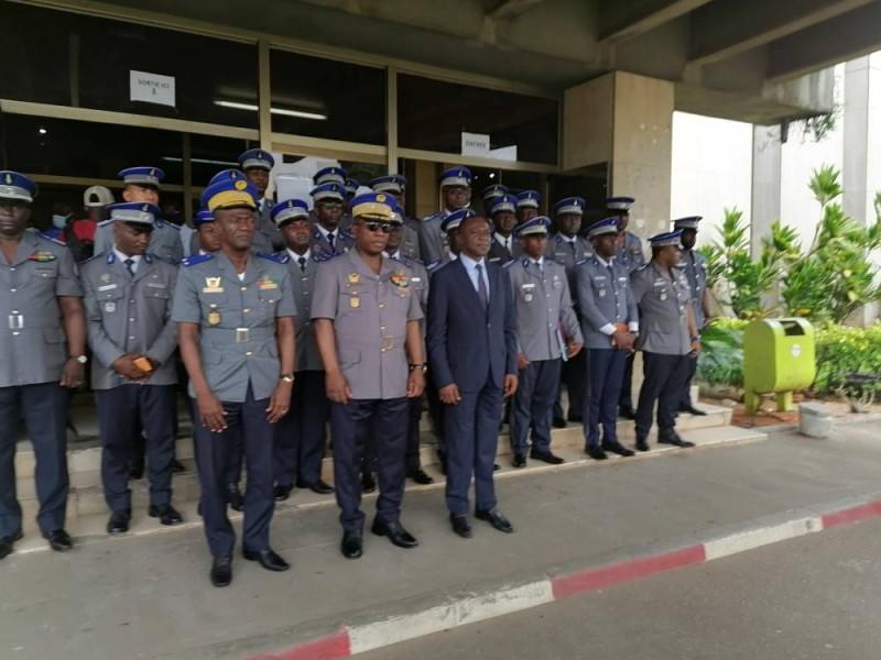 Les gendarmes-inspecteurs de l'examen théorique et pratique du permis de conduire ont été officiellement installés par le ministre Amadou Koné (1er à partir de la droite). Photo Dr