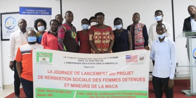 Les membres du Cidh et ceux de l'administration pénitentiaire de la Maca ont posé pour la postérité. (Marie-Ange AKPA)