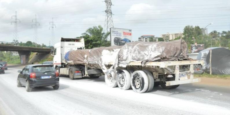Le camion-remorque transportant la farine. (Photo : Julien Monsan)