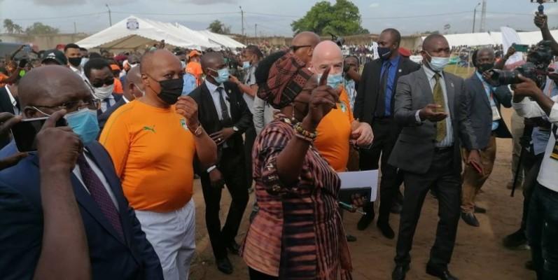 Une foule en liesse a accueilli les présidents Motsepe et Infantino à Abobo. (DR)
