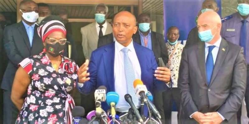 Le président de la Caf au centre veut œuvrer pour que la Côte d'Ivoire reprenne sa place de leader en Afrique. (DR)