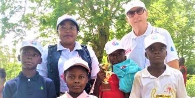 M. et Mme Lemmens (en arrière plan) ont permis au enfants de passer un week-end de rêve à l'Ivoiore golf club. (DR)