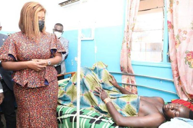 La ministre Myss Belmonde Dogo aux côtés d'une victime. (DR)