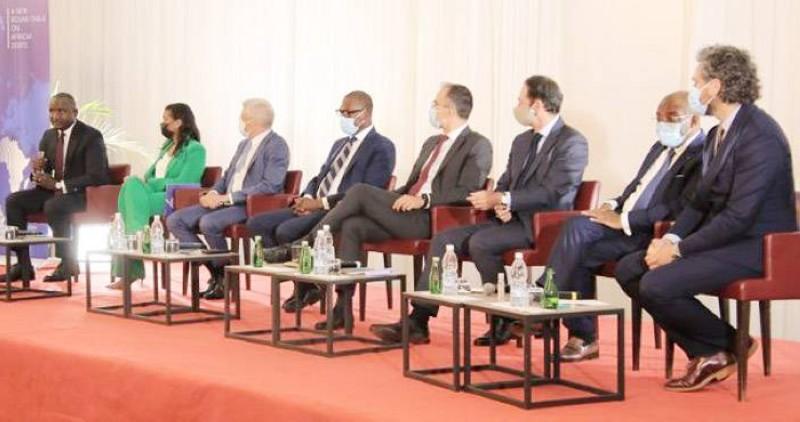 Le ministre du Tourisme et des Loisirs, Siandou Fofana (2e à partir de la droite), a donné les solutions pour faire face aux dettes publiques. (Photo : DR)