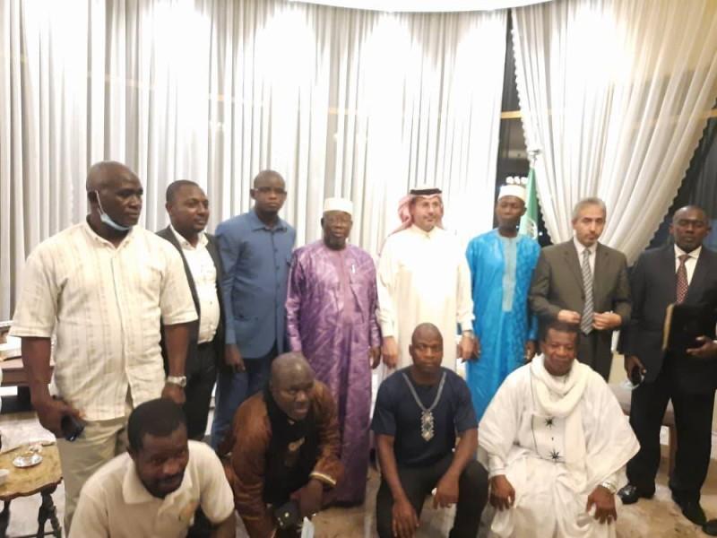Des membres de l'UjicomCi autour de l'ambassadeur d'Arabie Saoudite (DR)
