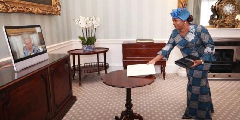 L'Ambassadeur Amani Sara présentant ses Lettres de créance à Buckingham Palace.(DR)