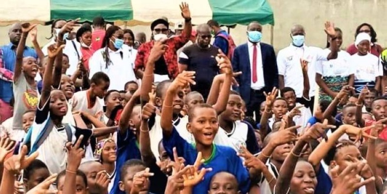 Les élèves se sont donné à coeur joie, samedi dans les rues de Yopougon. (Dr)