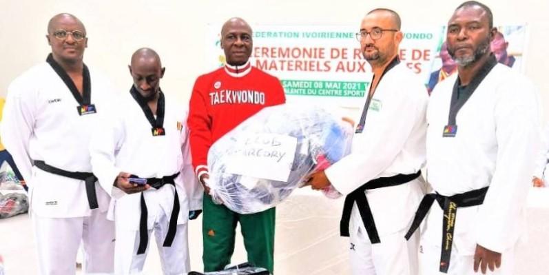 Le président Bamba Cheic Daniel (3e à partir de la gauche) était heureux de rédistribuer le don du champion olympique aux Ligues. (Dr)