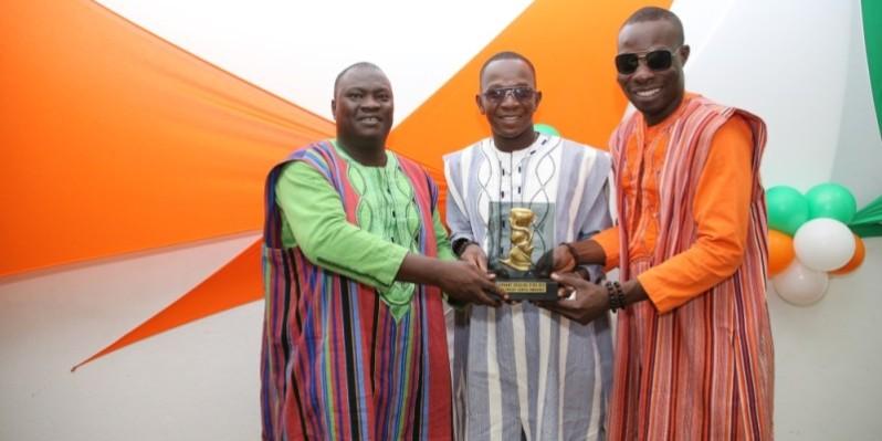 Le trio burkinabè fier de brandir leur trophée remporté en Côte d'Ivoire (Poro)