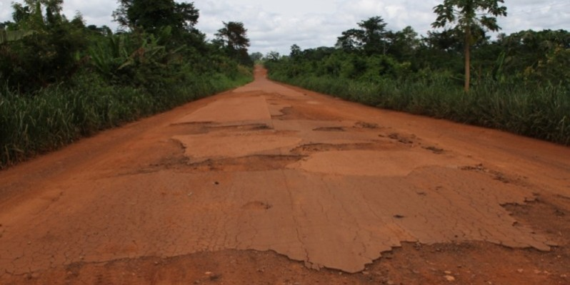 La route menant à Kossou en état de dégradation avancée. (Photo : Joséphine Kouadio)