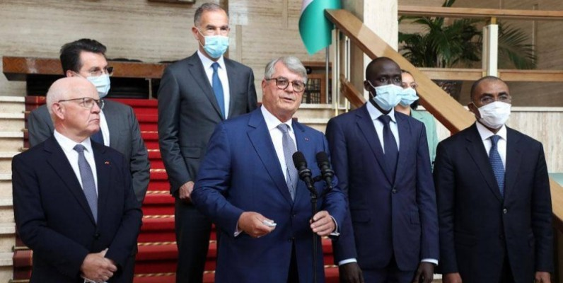 Olivier Bouygues, Dg du groupe Bouygues (au micro), a fait une déclaration à la presse, à la fin de l'audience avec le Président Ouattara. (Ph: Bosson Honoré)