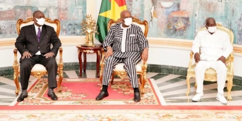 Le Président du Faso, Roch Marc Christian Kaboré recevant en audience le ministre d'État, ministre de la Défense, Téné Birahima Ouattara (à gauche).