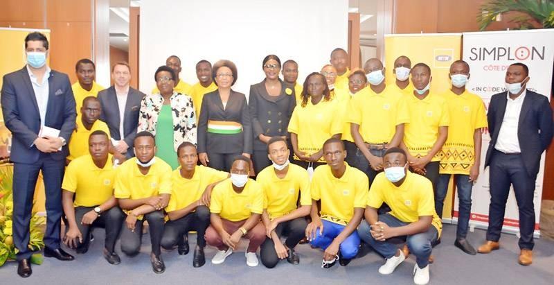 Les jeunes formés ont pris la photo de famille avec les responsables des structures. (DR)