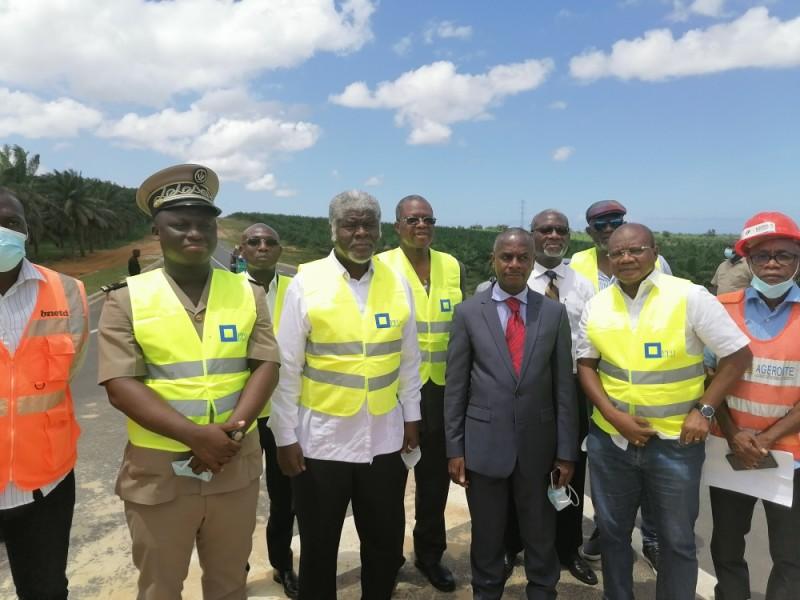 Le ministre-gouverneur, Beugré Mambé (au centre), est allé s'enquérir de l'état d'avancement des travaux. (Photo : DR)