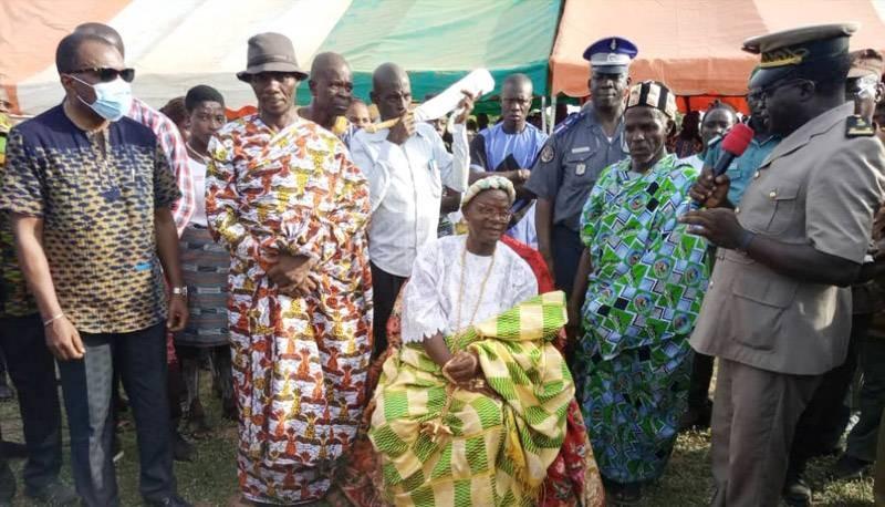 Le 9e chef du village de Bledi (assis) a décidé de se mettre au service des populations. (Photo : DR)