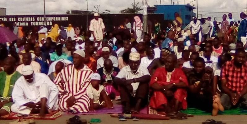 Des fidèles musulmans lors de la prière au rond-point de la mairie d'Abobo. ( Franck YEO)