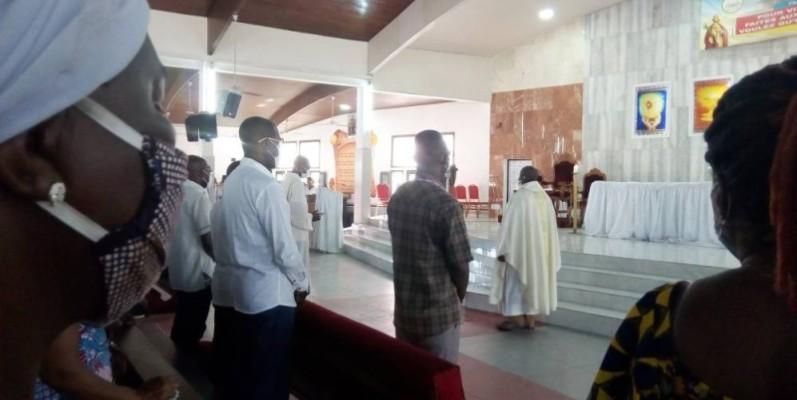 Les fidèles de la paroisse Saint-Pierre d'Anoumabo en méditation. (Photo : M.A AKPA)