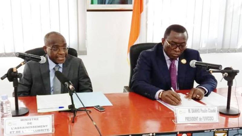 Le ministre de l'Assainissement et de la Salubrité, Bouaké Fofana (à gauche) et le président de l'Uvicoci, Paulin Claude Danho (à droite) ont échangé sur les questions des inondations et la salubrité. (Photo : Ange Kumassi)