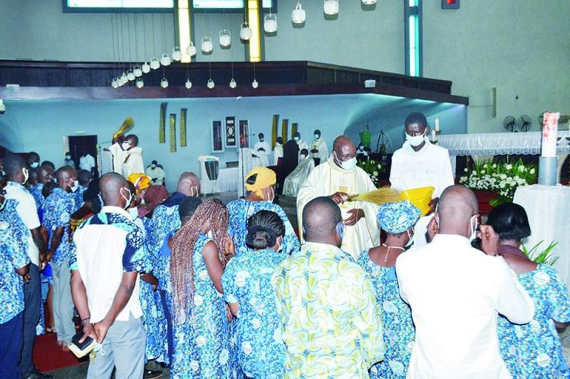 Les membres du mouvement des Focolari reçoivent des bénédictions du célébrant. (Julien Monsan)