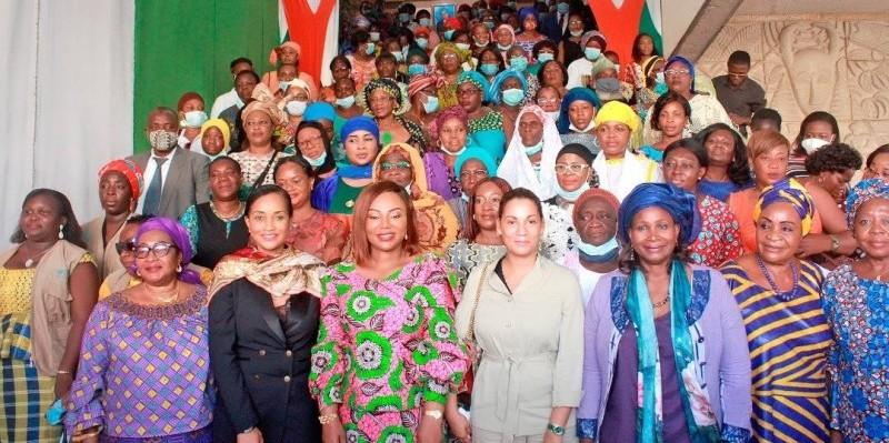 Photo de famille après la première séance de travail entre la ministre Nassénéba Touré et les organisation de défense des droits des femmes. (DR)