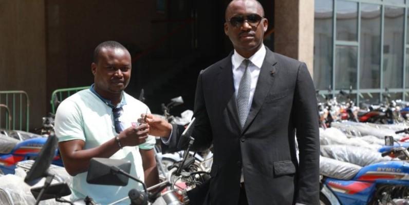 Le ministre Mamadou Touré (à droite) remettant les clés d'une moto à l'assistant-conseiller du guichet-emplois de Sakassou. (DR)