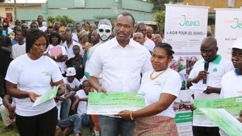 Le ministre Mamadou Touré posant avec une bénéficiaire du fonds emploi jeunes. (Image d'archives)