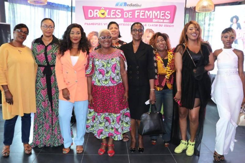 """L'équipe de """"Drôles de Femmes"""" a posé pour immortaliser la cérémonie. (Dr)"""