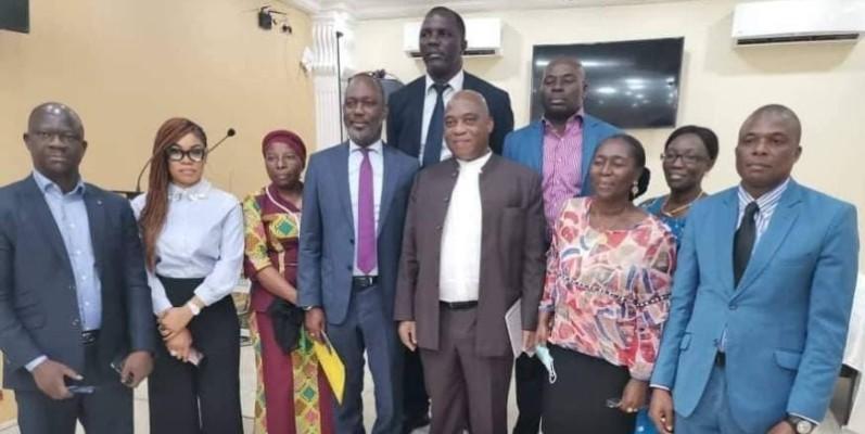Don Mello (au milieu) a posé avec le personnel de l'ambassade de Côte d'Ivoire à Conakry, pour immortaliser son passage. (Dr)